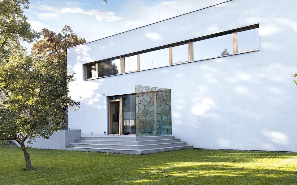 Wind- und Sichtschutz Davento von Glassline - Glasbeispiel Terrasse Steinmuster