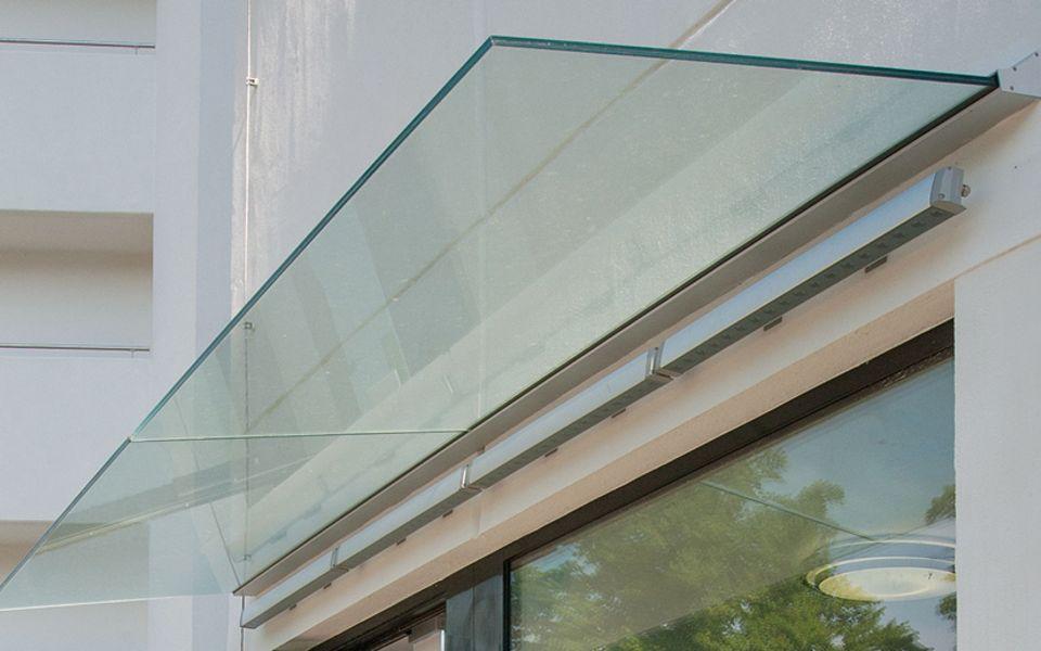 Befestigung für Glassysteme an wärmegedämmten Wänden