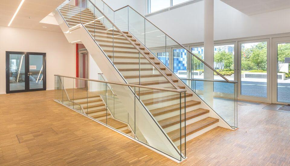 Glasgeländer Geländersystem Balardo Steel von Glassline - Stadthalle Buchen